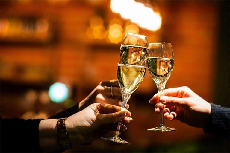 golfbaren-swing-champgne-2-glasses