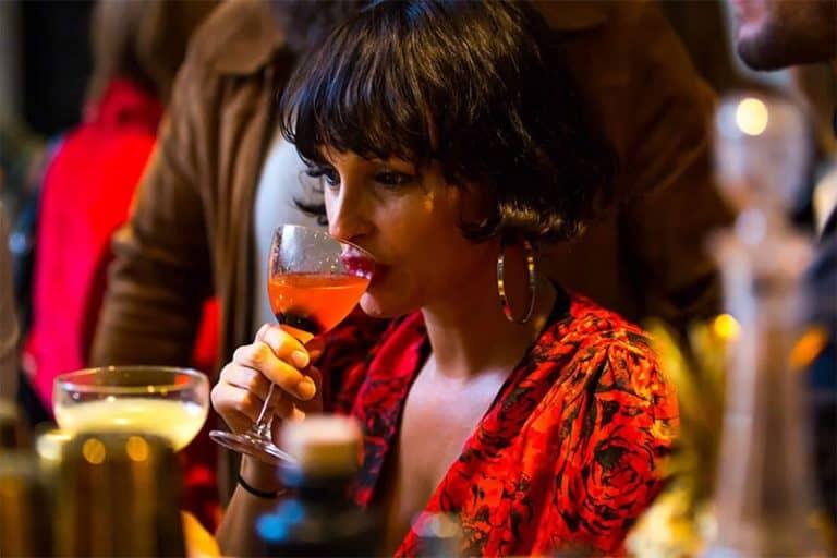 golfbaren-swing-drinking-Red-cocktail